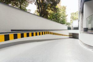 Rampa hacia puerta Garaje en edificio moderno